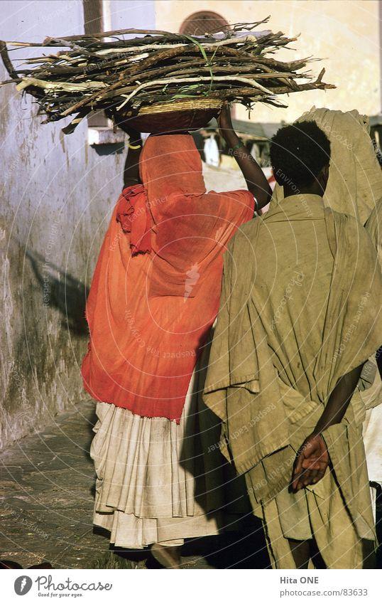 Bring it on Home to me Brennholz Bündel Tracht Arbeit & Erwerbstätigkeit Frau Kopftuch gehen Holz Schleier Afrika Äthiopien Kleid Junger Mann einhalten Landwirt