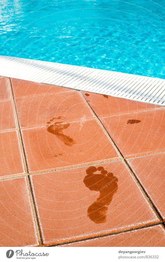 Fußabdrücke von nackten Füßen zum Schwimmbad Freizeit & Hobby Ferien & Urlaub & Reisen Ausflug Sommer Strand Meer Mensch Natur Küste Wege & Pfade Stein Fußspur