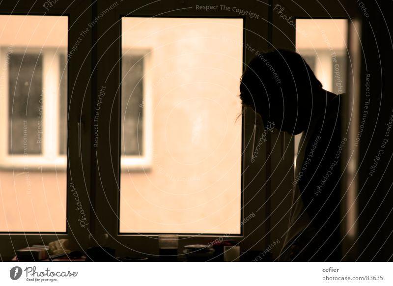 Mensch im Fenster Gegenlicht Wohnung ruhig Erholung Fensterscheibe Gegenteil Gelassenheit Konzentration Kontrast silouette ruhe... relaxans ruhegehalt window
