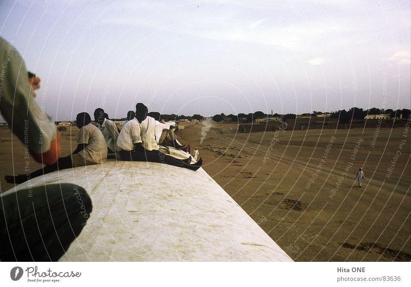 Dachwärts Mann Ferien & Urlaub & Reisen schwarz Sand Erde warten Armut groß Eisenbahn leer Perspektive fahren Wüste Afrika Aussicht