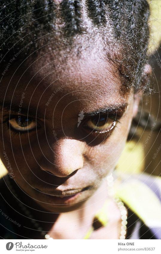 Augenblick Frau Kind Mädchen Gesicht schwarz Nase Perspektive Afrika entdecken exotisch Aussehen Zopf fixieren Misstrauen Junge Frau