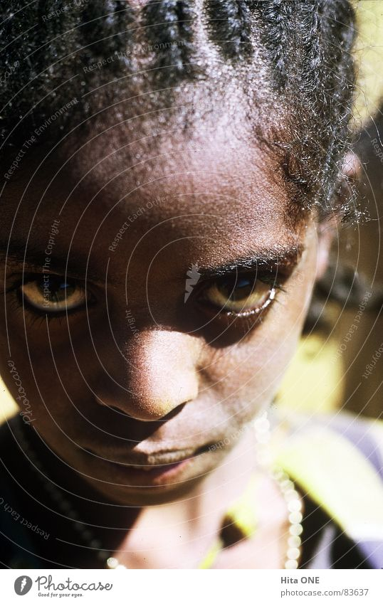Augenblick Frau Kind Mädchen Gesicht schwarz Auge Nase Perspektive Afrika entdecken exotisch Aussehen Zopf fixieren Misstrauen Junge Frau