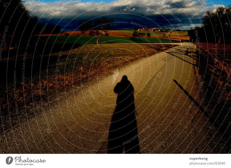 Shadow Mensch Sommer Herbst Landschaft Wege & Pfade Regen gehen wandern Spaziergang Richtung Jahreszeiten Alm unterwegs ländlich Gewitterwolken Landstraße