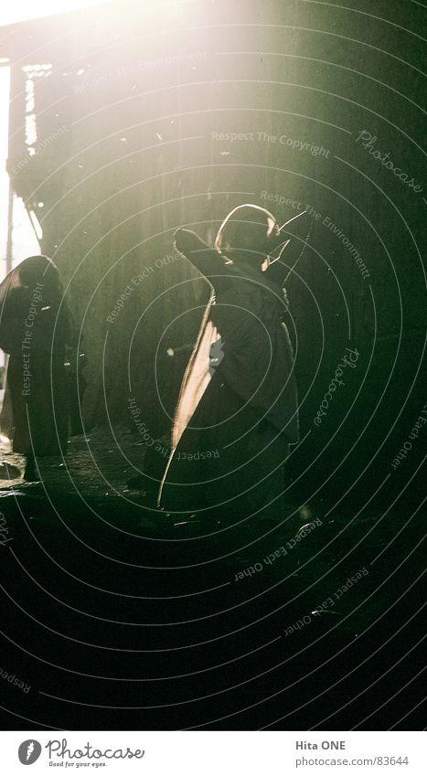 Schwarzer Engel Frau schön Junge Frau Sonne Einsamkeit dunkel schwarz Straße Wege & Pfade Beleuchtung glänzend trist ästhetisch Perspektive Schönes Wetter Dorf