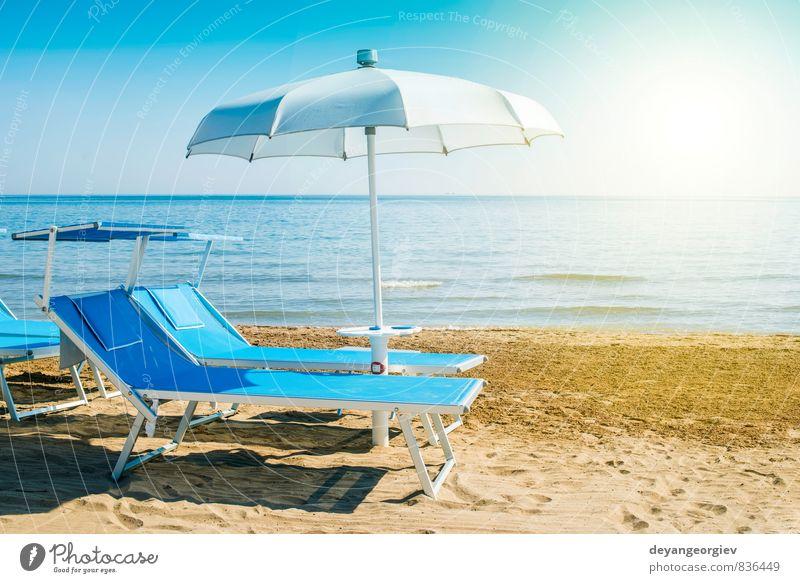 Blaue Sonnenliegen und Sonnenschirme am Strand Reichtum schön Erholung Freizeit & Hobby Ferien & Urlaub & Reisen Tourismus Sommer Meer Insel Stuhl Natur