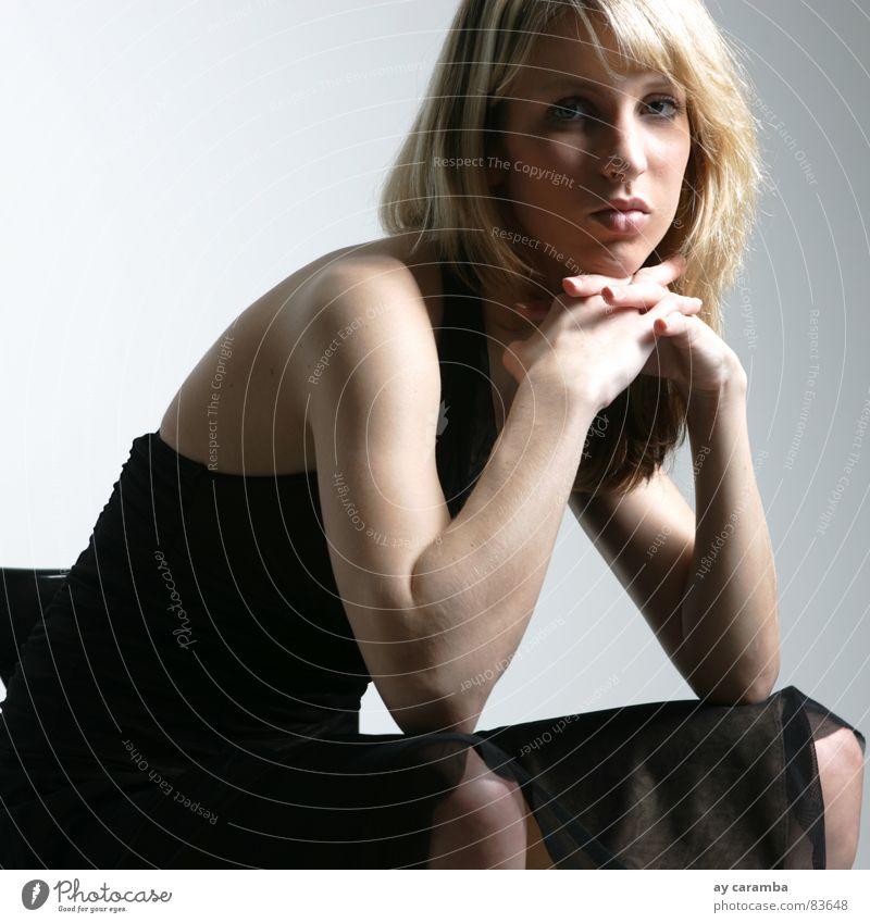 keine Lust Frau blond Kleid Langeweile Mund Stuhl Quadrat Müdigkeit Unlust schön ästhetisch Schatten schwarzes Kleid