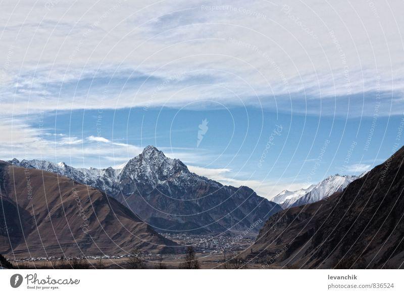 kazbegi Stein Holz Backstein schön Berge u. Gebirge wild Georgien himmelblau Farbfoto Tag