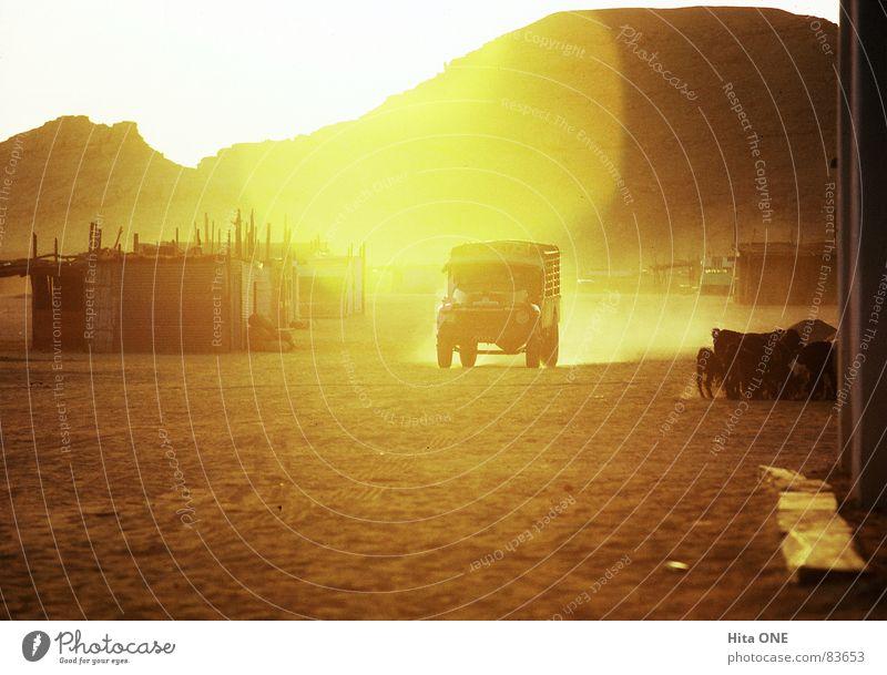 As we approached everything was lookin`good gelb Straße Berge u. Gebirge Wärme Wege & Pfade Sand PKW orange Erde Armut fahren Wüste Hügel Physik heiß Afrika