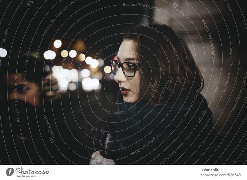 Mademoiselle hängen Junge Frau Boheh Licht Brillenträger Farbfoto Dämmerung Nacht Porträt