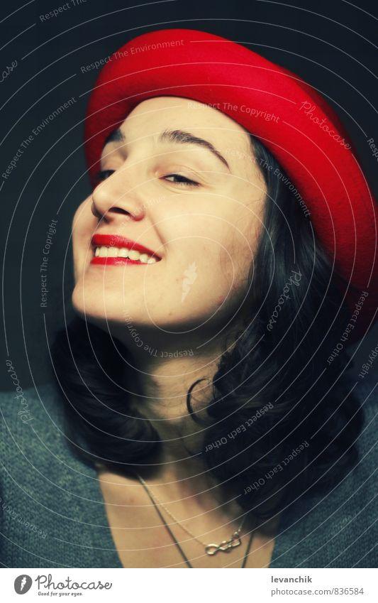 Belle Freude Junge Frau Jugendliche Gesicht Auge Nase Mund Lippen Lächeln blau rot Stimmung Ehrlichkeit Farbfoto mehrfarbig Kunstlicht Porträt Wegsehen