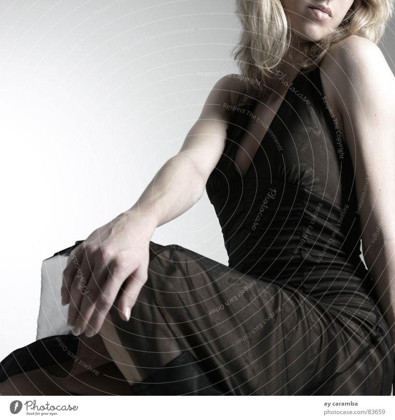 ohne Worte Frau schön Traurigkeit blond sitzen Trauer Stuhl Kleid Dame Müdigkeit Langeweile flau geschmackvoll Junge Frau ermüden