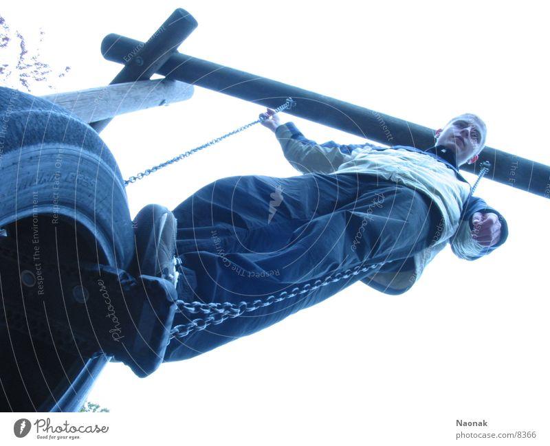 Daydreamer Jugendliche Mann Schaukel maskulin Spielplatz Kette Klettergerüst Kontrast