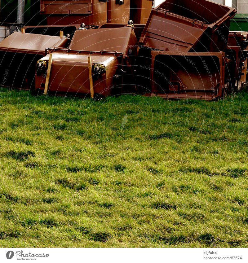 keine ahnung. grün Wiese braun Industriefotografie Statue trashig Müll Müllbehälter Biomüll