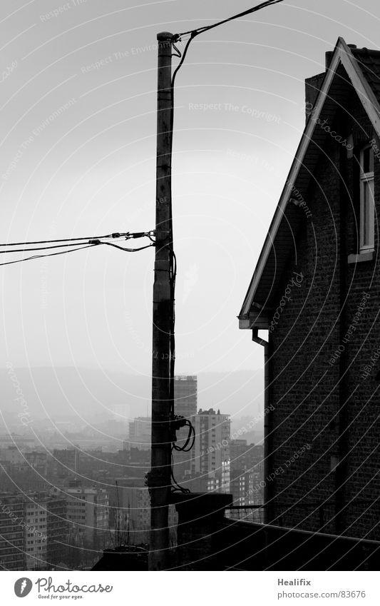 Cloud Connected Strommast Gegenteil Hochhaus ungemütlich Haus Elektrizität Stadt Winter Nebel feucht schwarz weiß trist Einsamkeit nass Trauer Verzweiflung Plug
