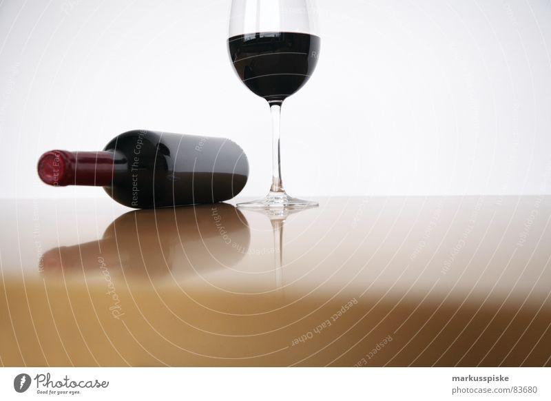 rotwein mit glas Weinflasche durchsichtig Stil Rotwein Weinglas trinken Stoff Alkohol Feinschmecker Nahaufnahme geschlossen Tisch Gastronomie Glas clean Suche