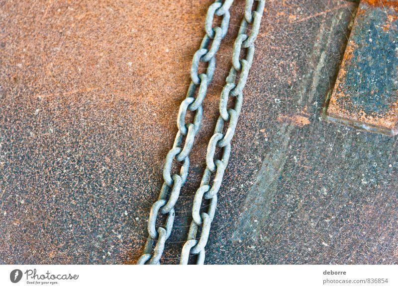Metallketten, die auf einem rostigen Blech liegen. Rust Kettenglied anketten industriell Stahl hart