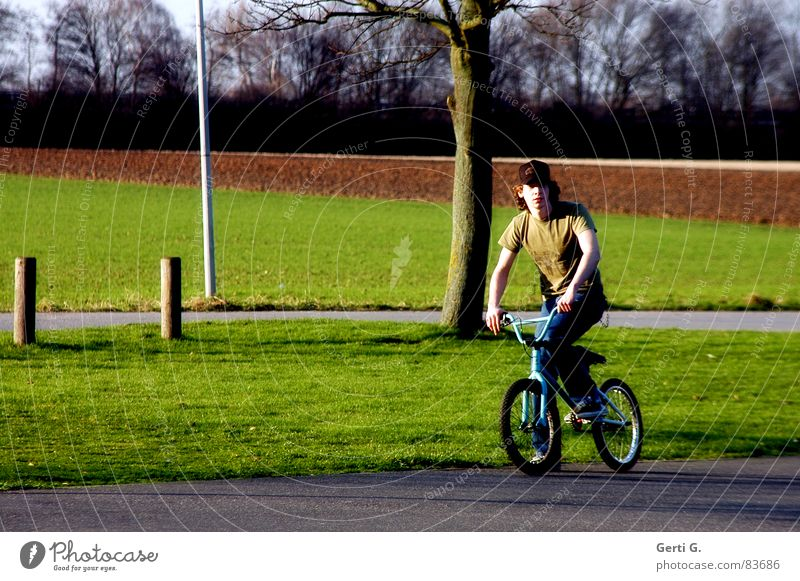 BMXer Pfosten Fahrer Fahrrad Junger Mann maskulin Erholung Freestyle Trick Freizeit & Hobby Hand Finger Gras Wiese Feld Fahnenmast Sportpark Platz ruhig
