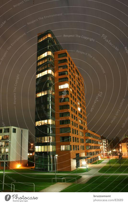 Mehrfamilienhaus Portobello Hochhaus Stadt Wiese Nacht Langzeitbelichtung Terrakotta Fassade modern 20. Stock kein dri Rheinpark wegenetz Düsseldorf