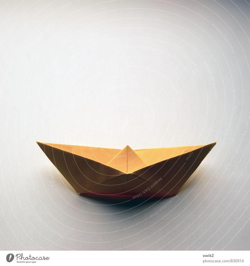 Segeln für Anfänger Kunstwerk Papier Papierschiff gefaltet Verkehr Verkehrsmittel Schifffahrt eckig einfach nah maritim gelb 1 einzigartig Unikat Farbfoto