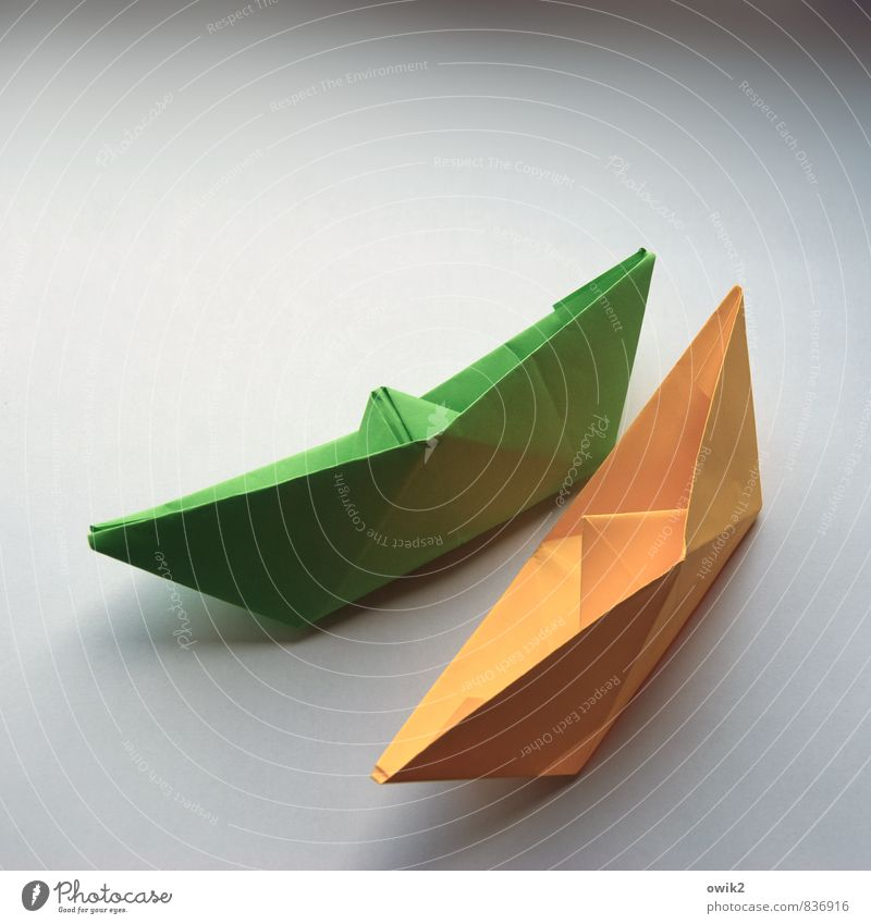 Regatta Kunstwerk Papier Faltboot Papierschiff Verkehr Verkehrsmittel Schifffahrt eckig einfach nah maritim gelb grün Geschwindigkeit Geschwindigkeitsrausch