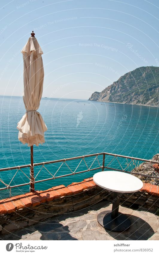 Nebensaison Landschaft Wolkenloser Himmel Schönes Wetter Küste Meer blau türkis Sonnenschirm Tisch Gartentisch Straßencafé Terrasse Aussicht Fensterblick