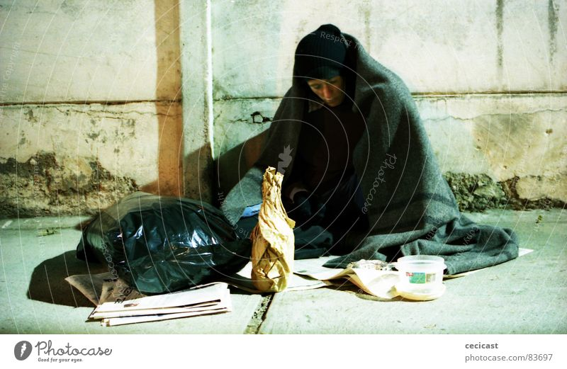 bottom line Trauer Verzweiflung drank alcoholic weakness mistreat dispossessed homeless garbage street misery paper coins indigent needy homeless person