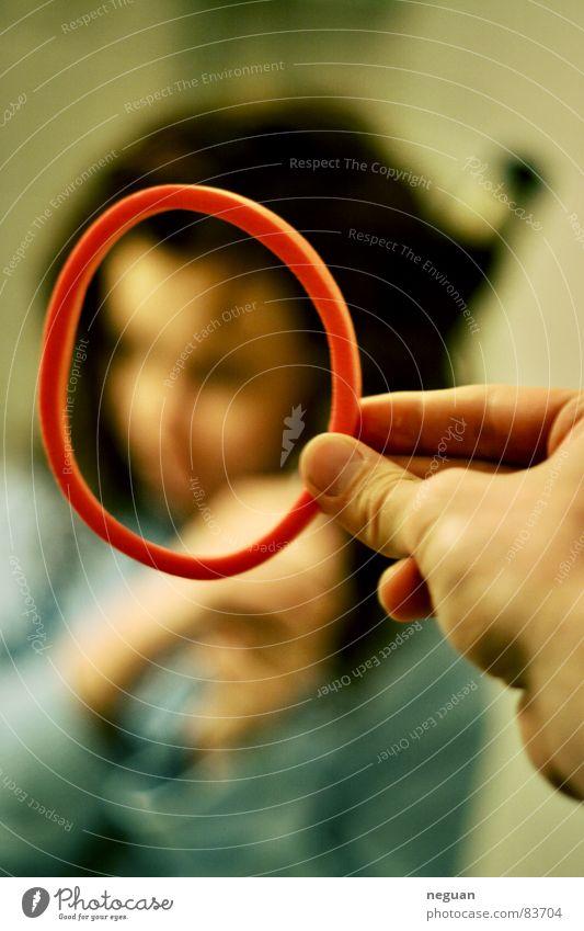 the ring Gummi rot Hand Finger Porträt Bad trocknen rund umrandet Durchblick Frau Blick Perspektive Aussicht Intuition Kreis Haushalt Gummiband Dichtungsring