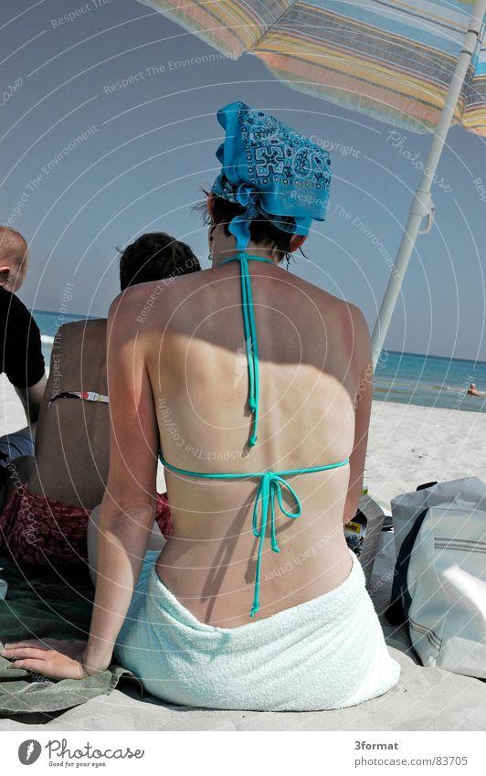 sonnenschirm Frau Wasser Sonne Sommer Strand Ferien & Urlaub & Reisen Meer ruhig Gesicht Freiheit Gefühle Wärme Küste See Haut Horizont