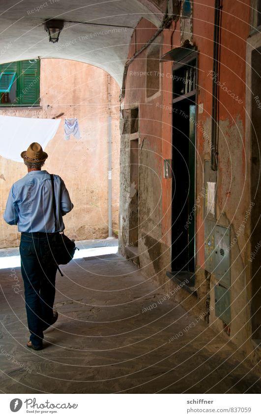 Schlübberjagd Mensch maskulin Mann Erwachsene 1 gehen Spaziergang Suche Erholung Dorf Ortszentrum Altstadt historisch Historische Bauten Wäscheleine Unterhose