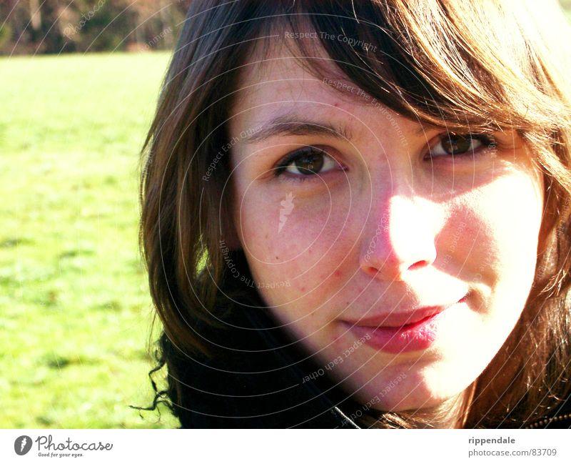 nora schön Porträt Frau feminin Lifestyle brünett Jugendliche Natur lachen ungeschminkt