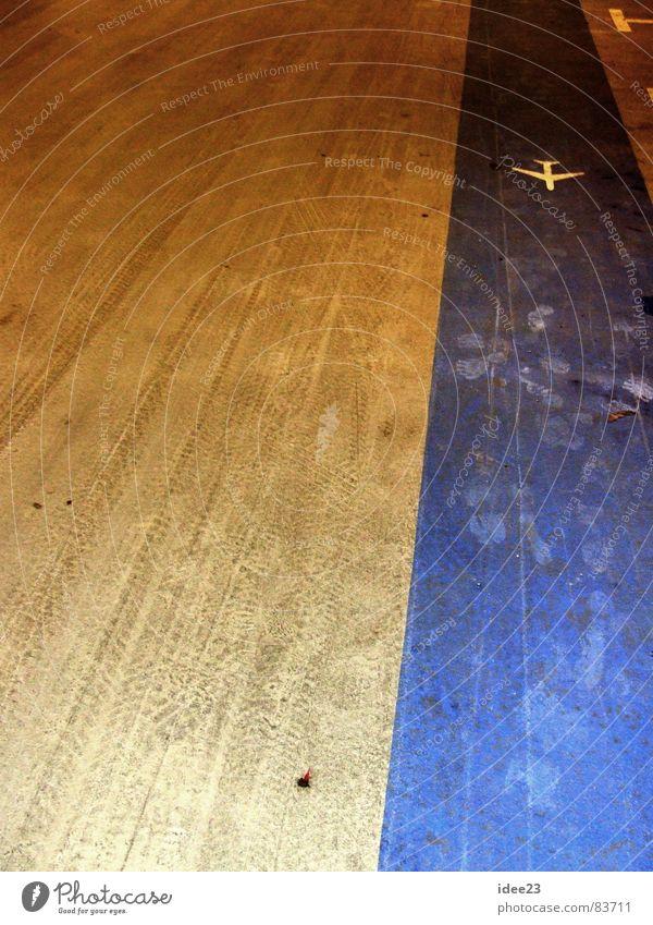 traue keinem Joghurt... blau dreckig Ordnung Flugzeug Bodenbelag Streifen Richtung Lagerhalle graphisch Orientierung Reifenspuren Fluggerät Gangway richtungweisend Hangar Fluchtlinie