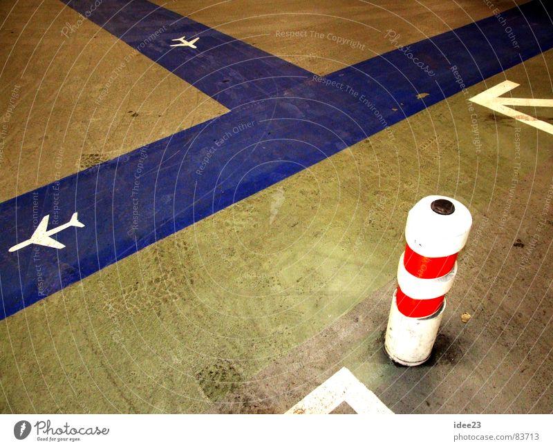 traue keinem Quark... blau dreckig Ordnung Flugzeug Bodenbelag Streifen Richtung graphisch Orientierung Fluggerät Gangway Poller Abstellplatz richtungweisend