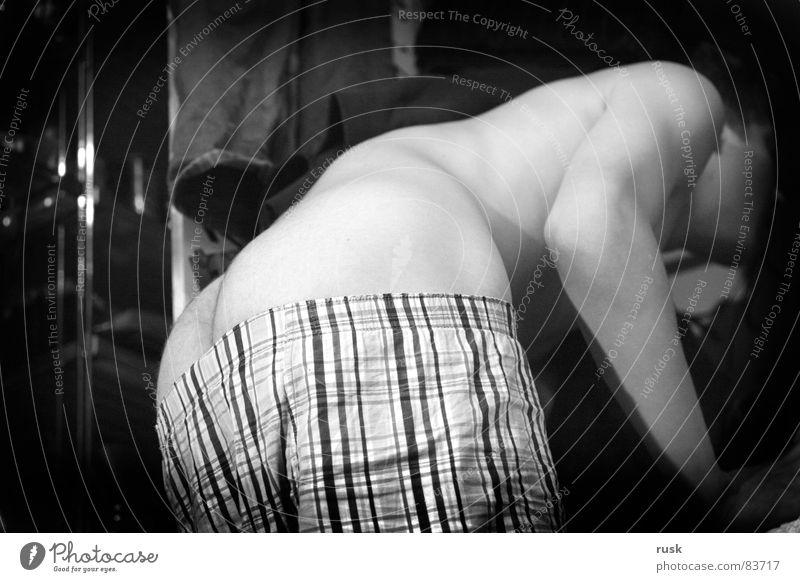 auf der suche nach klamotten Ass Gesäß Männerunterhose Querformat Schrank Suche verrückt schlaftrunken kaputt Müdigkeit Jugendliche unverhüllt ermüden Blick