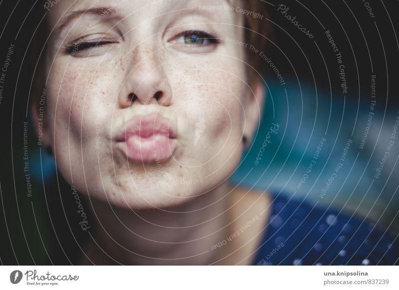 bussi baba schön Frau Erwachsene 1 Mensch 18-30 Jahre Jugendliche rothaarig kurzhaarig Küssen Lächeln Glück lustig natürlich niedlich verrückt feminin Freude