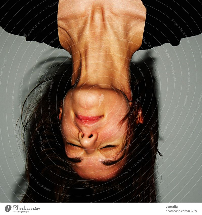 Die Spannung steigt... Schwung verkehrt Frau Junge Frau Anspannung Vampir gedreht Porträt schüttelfoto über kopf Wind Hals Haare & Frisuren weiblicher mensch