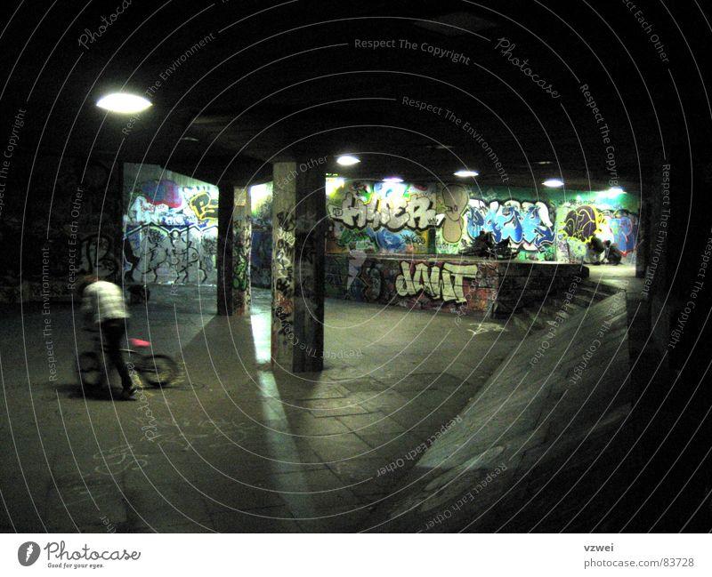 Skateboard and BMX Park Fahrrad Nacht Graffiti Pubertät Umgebung Spielen Skaterpark Embankment grafitti Menschengruppe Jugendliche Bunker unterstand