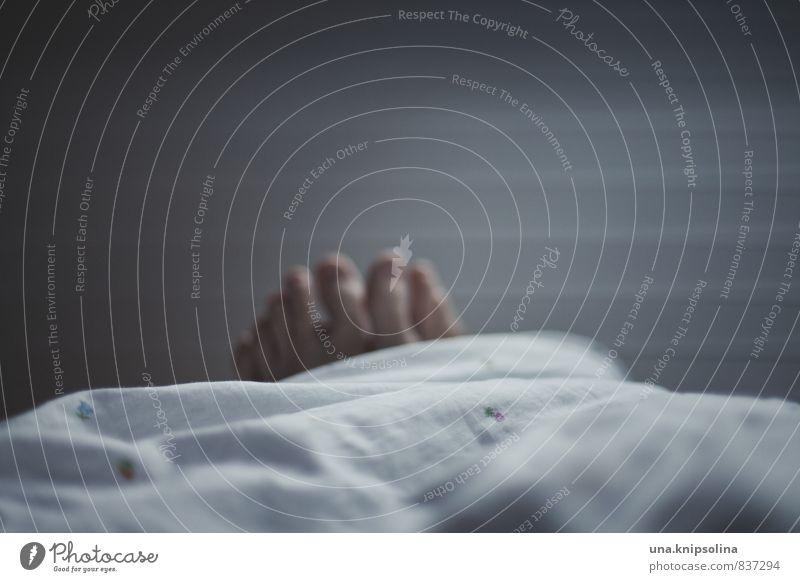 einfach mal liegen bleiben... Erholung ruhig Häusliches Leben Wohnung Bett Schlafzimmer Frau Erwachsene Mann Fuß 1 Mensch schlafen träumen Bettdecke Farbfoto