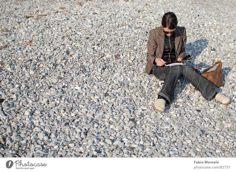 Strandleben im Winter lesen x-beinig Ligurien Steinstrand