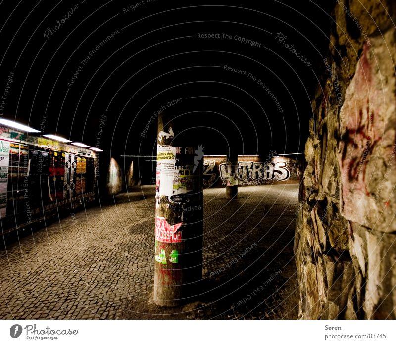 Ghetto plakatieren Aachen Litfaßsäule Wand Neonlicht dunkel Mauer Plakat Nacht Weitwinkel Einsamkeit Tunnel Stadt schädlich Obdachlose Wandmalereien Angsthase