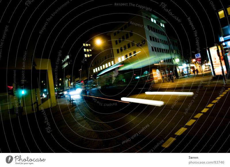 Der Bus kommt und geht Partybus Verkehr Ampel Geschwindigkeit Stadt fahren Zebrastreifen Nacht Schnellstraße Verkehrsmittel Fernstraße Fahrzeug Straßenbelag