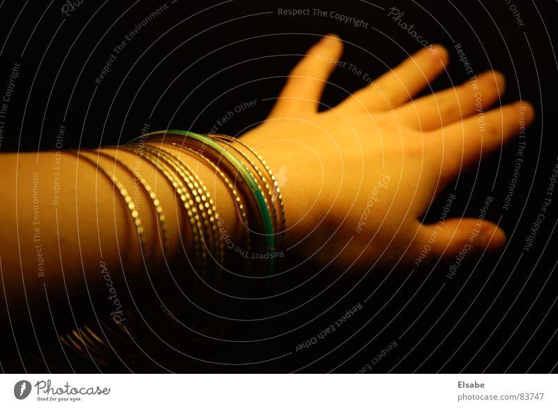 Spieglein Spieglein an der Wand Frau Hand schön schwarz feminin Tanzen Haut Arme Finger Reichtum Schmuck türkis silber Naher und Mittlerer Osten Armreif