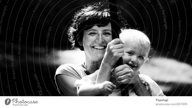 Glückliche Mutter mit Kind Spielplatz Kleinkind Junge Frau Erwachsene 2 Mensch Lächeln lachen Liebe Spielen Fröhlichkeit Freude Lebensfreude Vertrauen