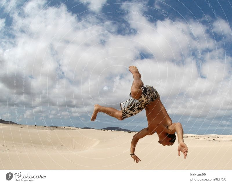 Time to fly - die Zweite.... Himmel Ferien & Urlaub & Reisen Jugendliche Meer Freude Strand Sport fliegen braun Sand springen Luft stehen Fröhlichkeit verrückt hoch