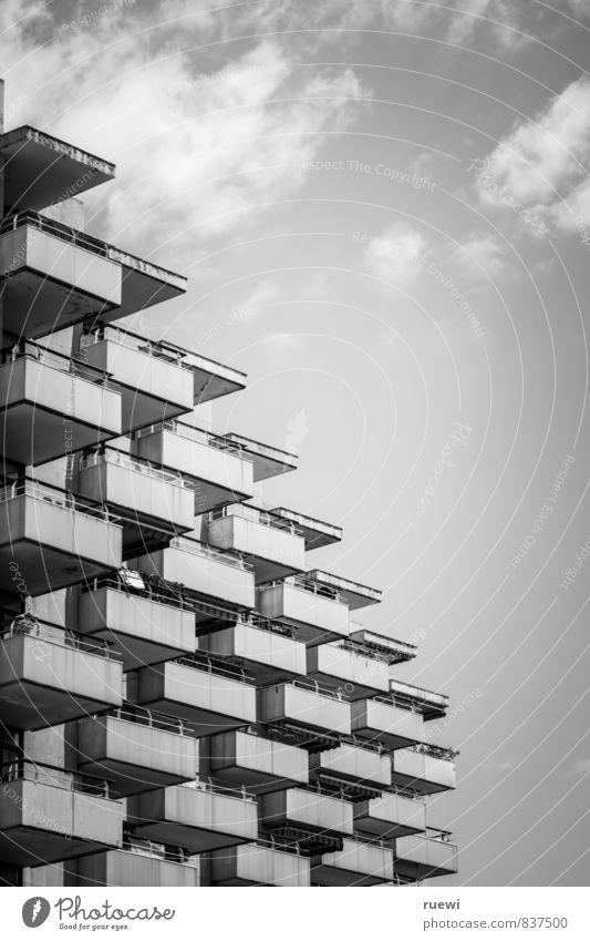 Balkonien Himmel Ferien & Urlaub & Reisen Stadt Wolken Haus Architektur Gebäude Metall Fassade Treppe Häusliches Leben trist Hochhaus Tourismus hoch ästhetisch