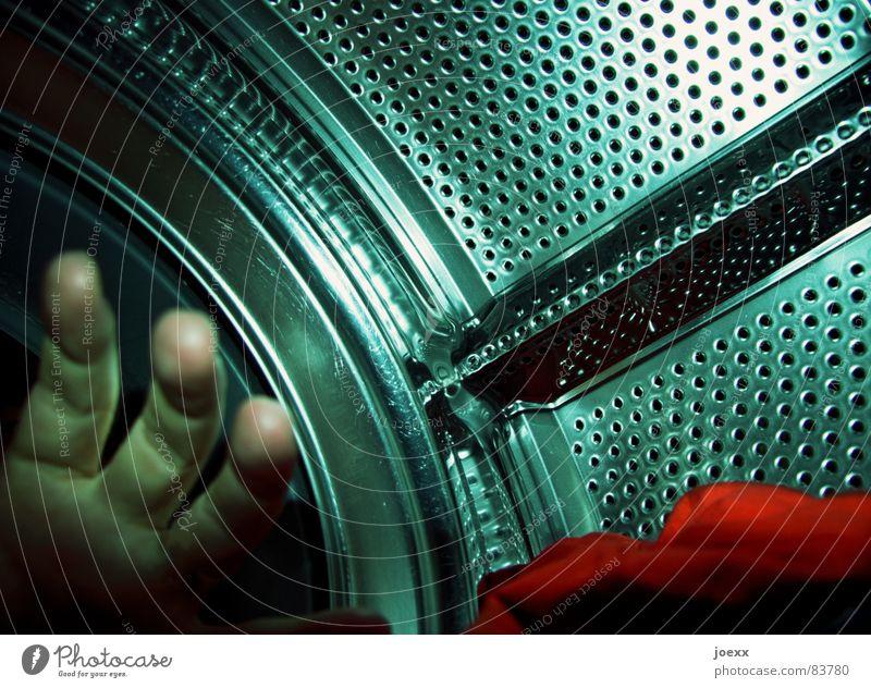 Vor Waschgang II Hand rot orange nass Bad Reinigen fangen trocken Wäsche greifen Unterhose Waschmaschine Lochblech Wäscherei selbstgemacht Edelstahl