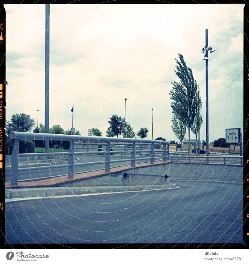 extrarradio industriell Autobahn Verkehrswege die Vororte industrialist cahighway the suburbs circumvallation grey-blue gray solitaire Tree main road Lomografie