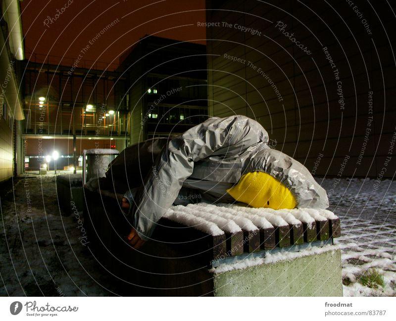 grau™ - ruht aus Freude gelb kalt Schnee grau Kunst lustig verrückt Bank liegen Maske Anzug dumm Surrealismus Gummi sinnlos