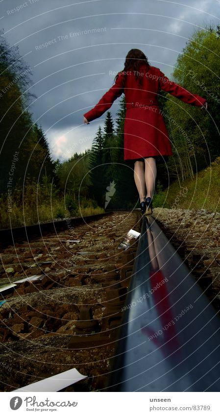 machs gut feminin Frau Erwachsene Beine 1 Mensch Himmel Herbst Wald Gleise Mantel grün rot Farbfoto Außenaufnahme Textfreiraum oben Tag Reflexion & Spiegelung