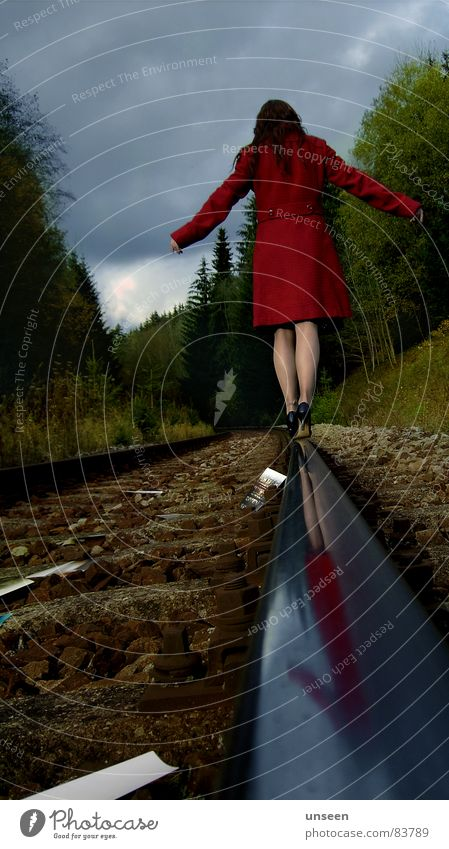 machs gut Frau Mensch Himmel grün rot Einsamkeit Wald Herbst feminin Beine Erwachsene gefährlich außergewöhnlich Gleise Mantel