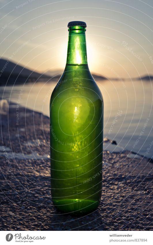 Grüne Flasche im Sonnuntergang Ferien & Urlaub & Reisen grün Sommer Sonne Erholung ruhig Freiheit Freundschaft Tourismus Glas Ernährung Romantik Abenteuer Pause trinken Gelassenheit
